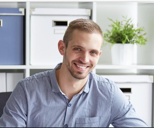 księgowy – Stefan korzystający oprogramowania wFirmy do prowadzenia księgowości